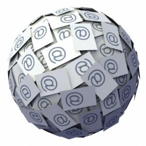 Ball aus Zetteln mit @-Zeichen darauf