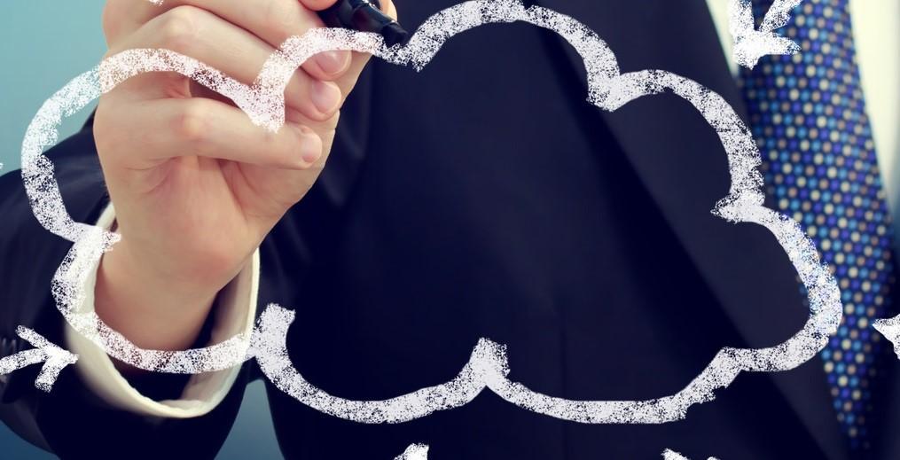Frau malt Wolke auf die Kameralinse