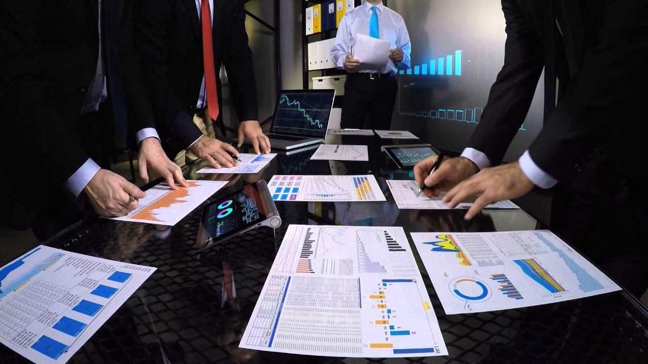Ein Bürotisch voller Statistiken und Tabellen