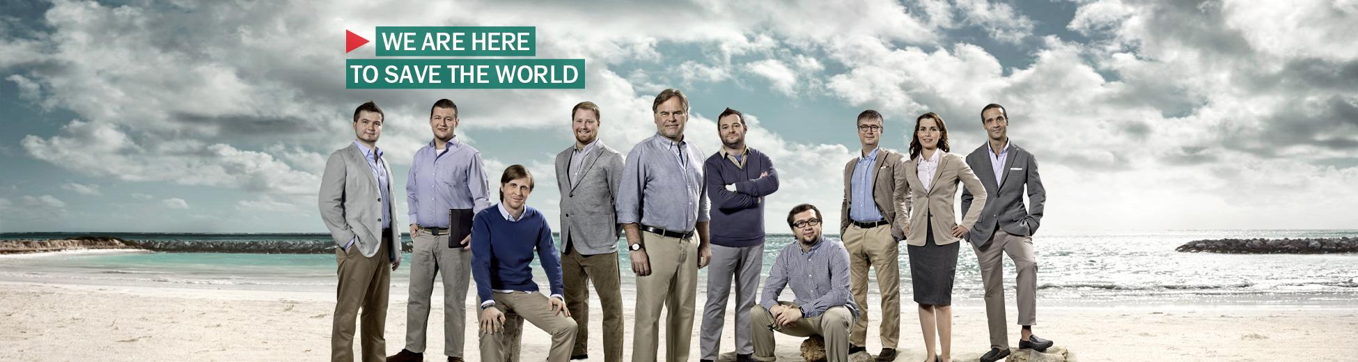 Ein Team im Businesslook am Strand verspricht Heldentaten