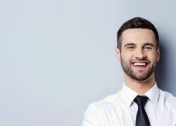 Freundlich lächelnder Mann mit Hemd und Krawatte