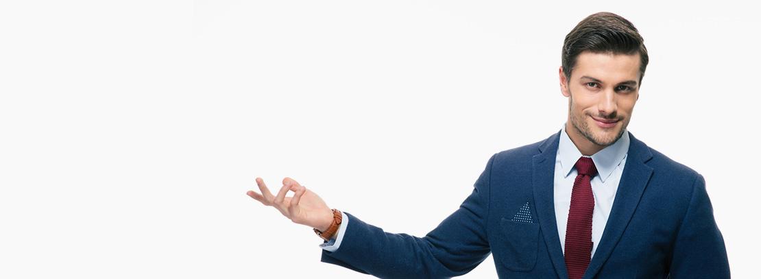Selbstbewusster Mann im Anzug mit einladender Geste